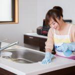キッチンの掃除をする女性